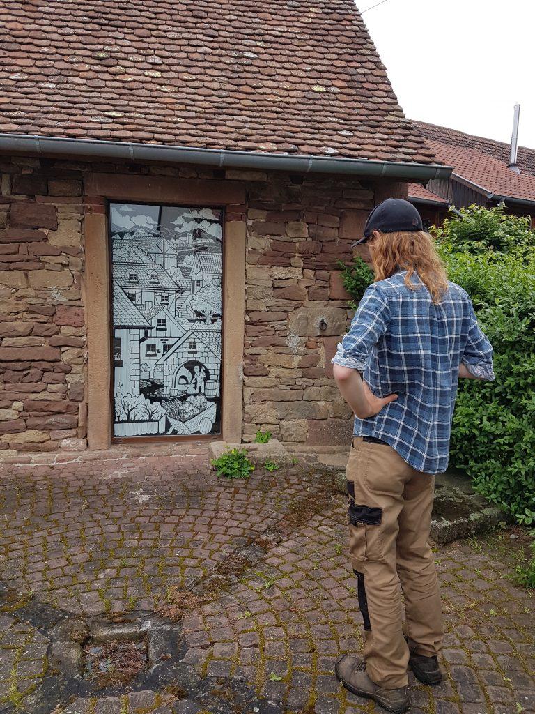 marcus-admire-la-fresque